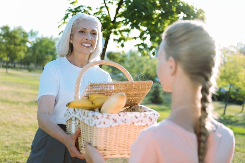 帮助她的孙女的高兴年长妇女 免版税图库摄影