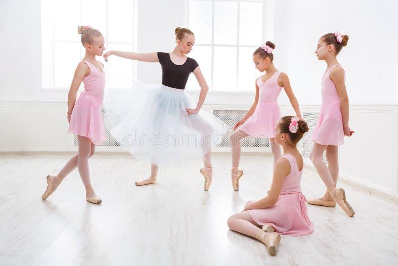 v老师她的老师的教学在学生课期间符化舞蹈图片