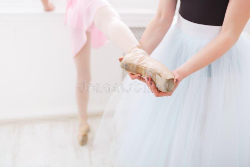 v学生她的学生的老师在舞蹈课期间.绘我们本课件去火星图片
