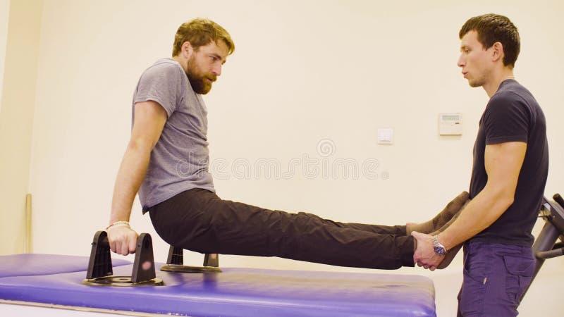帮助患者的医生生理治疗师做锻炼 免版税图库摄影