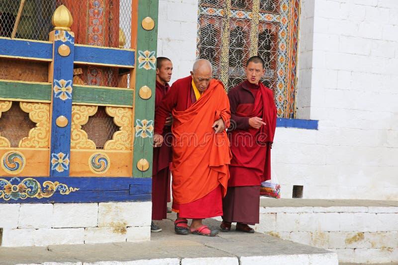 帮助更老的修士,不丹的和尚 库存图片
