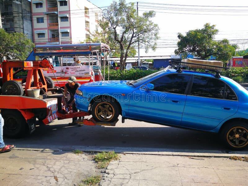 帮助汽车的铲车需要固定了 图库摄影