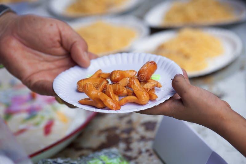 帮助用喂养无家可归的人缓和饥饿 贫穷概念 免版税库存照片