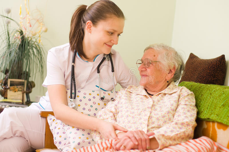 帮助病的妇女的年长的人 库存照片