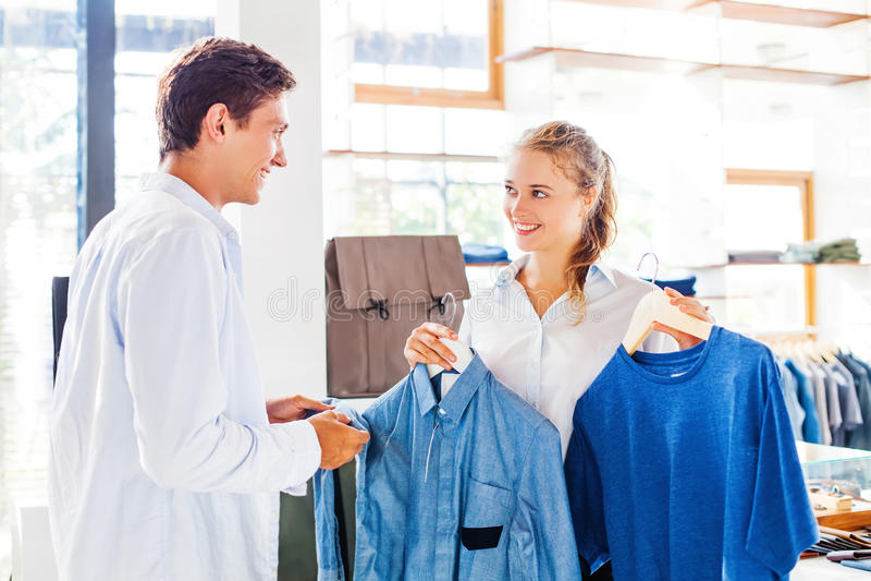帮助的售货员选择衣裳 库存照片