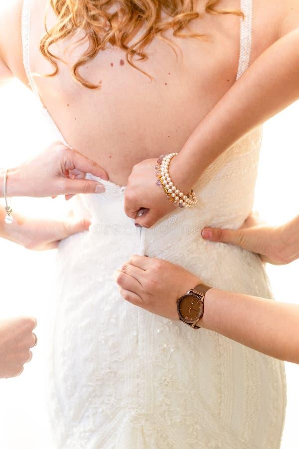 帮助的女傧相准备新娘 库存图片