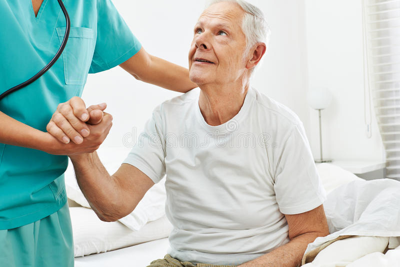 帮助老人的老年医学的照料者 库存图片