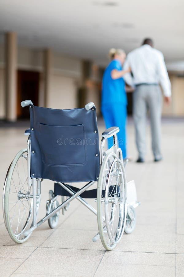 帮助耐心步行的护士 免版税库存照片