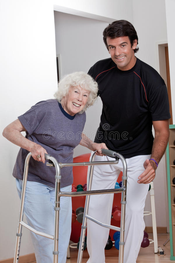 帮助耐心用途步行者的治疗师 库存照片
