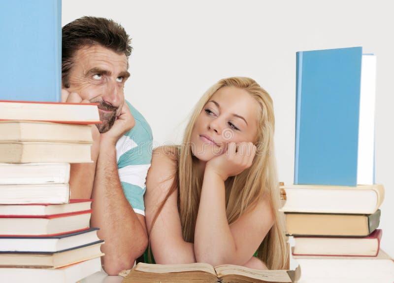 帮助青少年一个的实习教师 免版税库存照片
