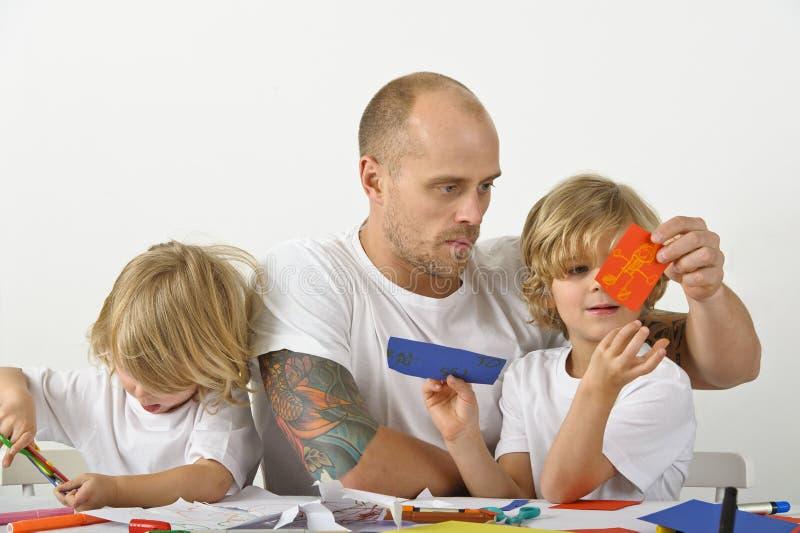帮助他的有艺术项目的父亲孩子 免版税库存照片