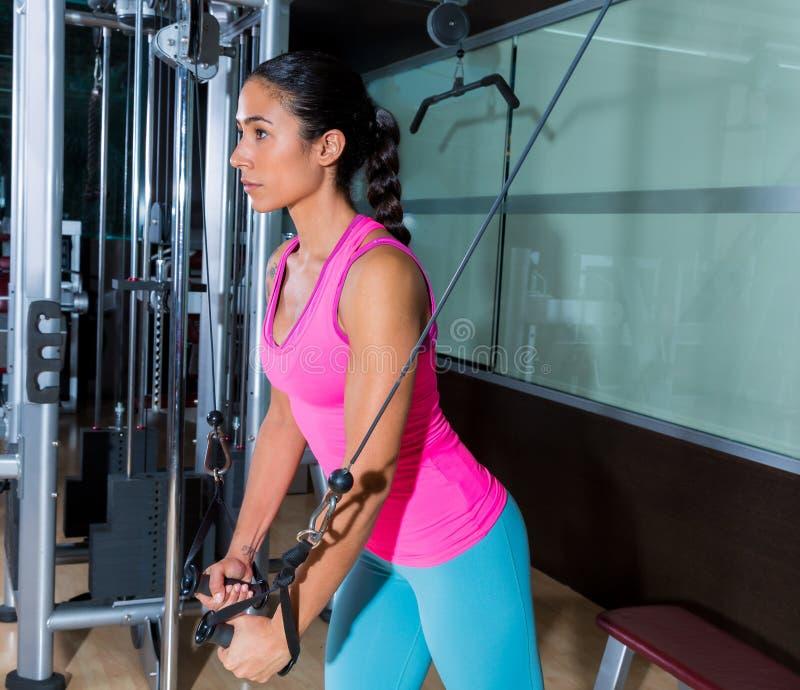 常设缆绳天桥飞行飞行妇女锻炼 免版税库存照片