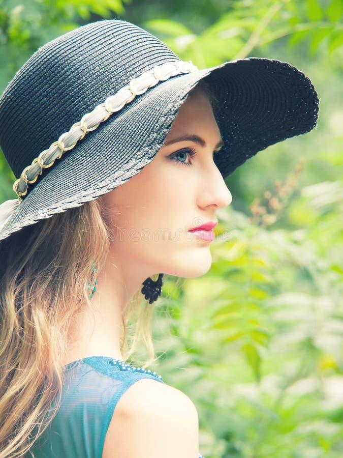 黑帽会议的妇女逗人喜爱的诱人的斯拉夫的女孩 免版税库存照片