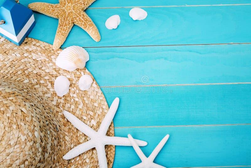 帽子、壳和海星在表上与拷贝空间 免版税库存照片