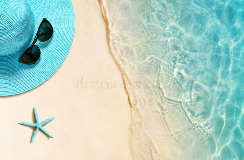 帽子和太阳镜在沙滩 o 免版税库存图片