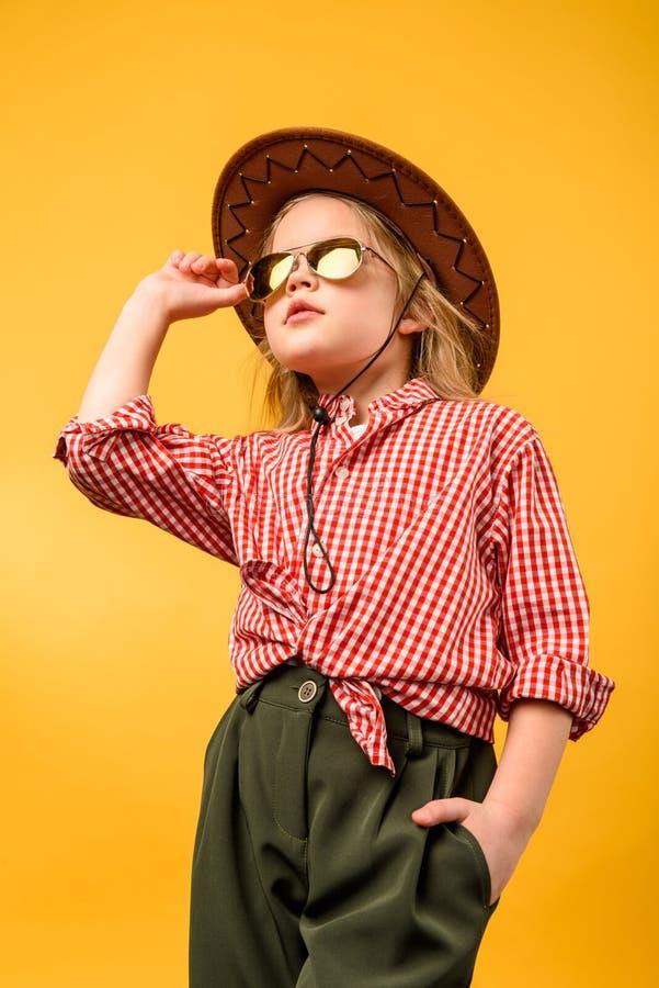 帽子和太阳镜的美丽的时髦的女牛仔, 免版税库存图片