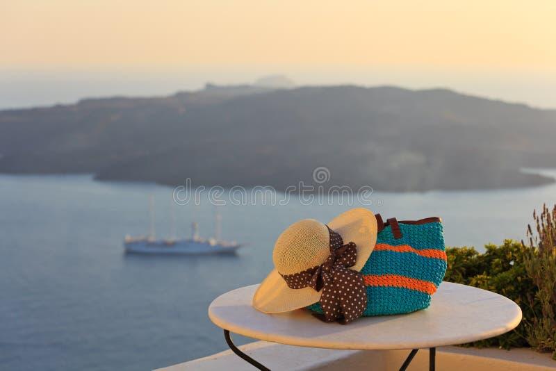 帽子和海滩袋子在桑托林岛海岛 免版税图库摄影