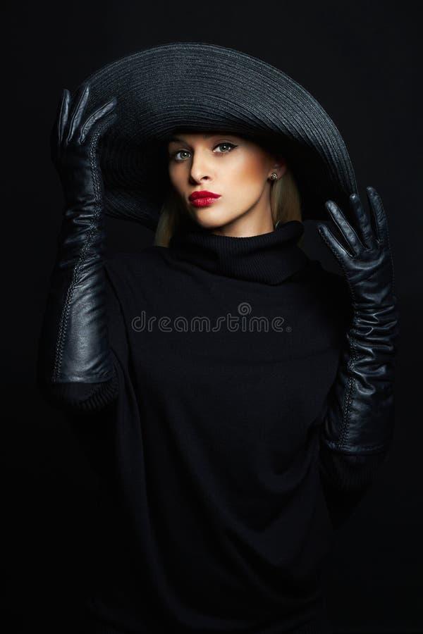 帽子和皮手套的美丽的妇女 画廊我万圣节的例证请参见类似访问巫婆 免版税库存图片
