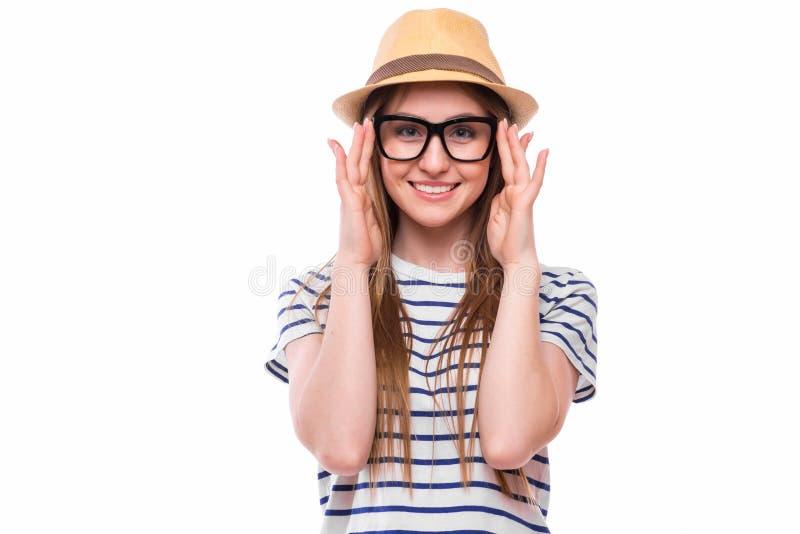 戴帽子和眼镜的愉快的旅游女孩 免版税库存图片