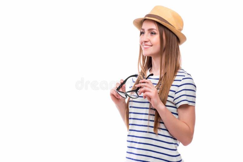 戴帽子和眼镜的年轻愉快的旅游女孩 库存照片
