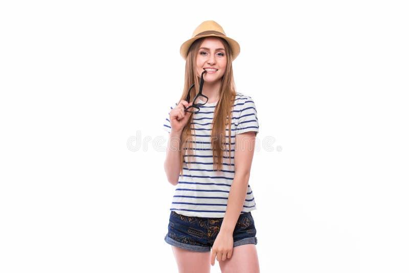 戴帽子和眼镜的年轻愉快的旅游女孩 免版税库存照片