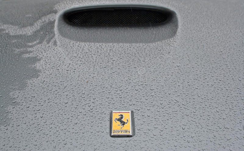 帽子多雨ferrari的徽标 库存照片