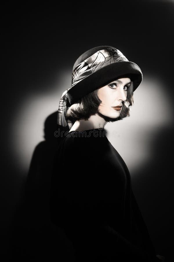 帽子时尚画象的端庄的妇女 免版税库存照片