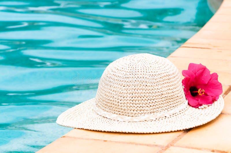 帽子游泳池边秸杆 免版税库存图片