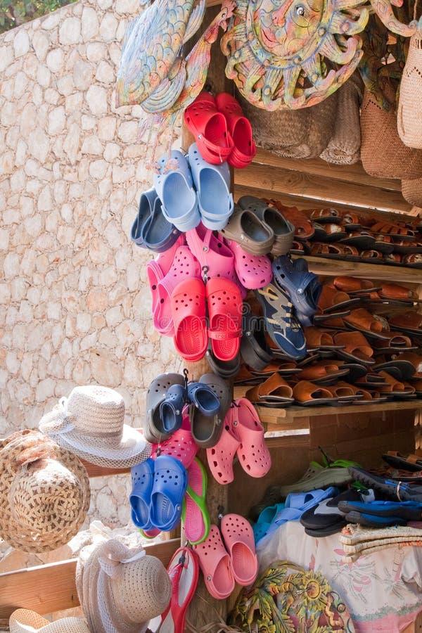帽子热带市场的sandles 库存图片