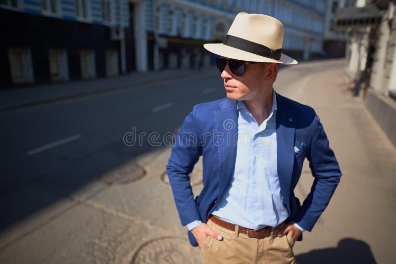 帽子的人在街道上 免版税库存照片