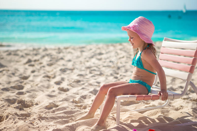 帽子的可爱的小女孩在海滩在期间 库存照片