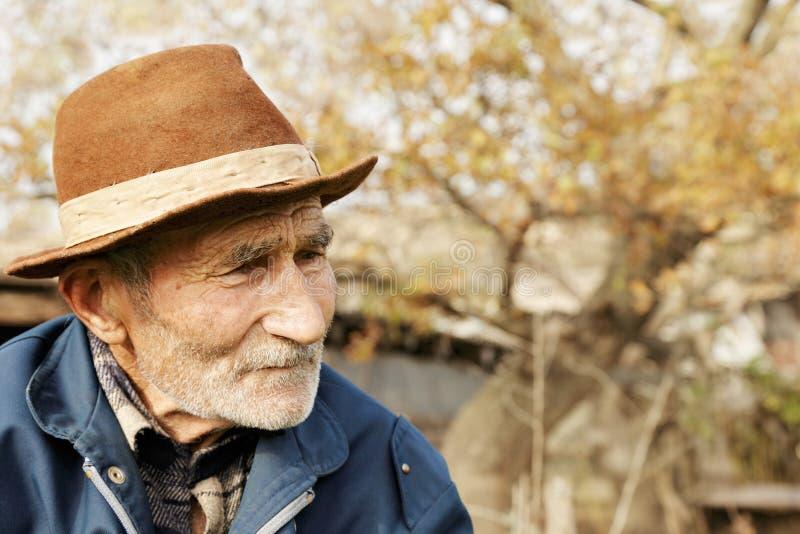 帽子的哀伤的老人 图库摄影