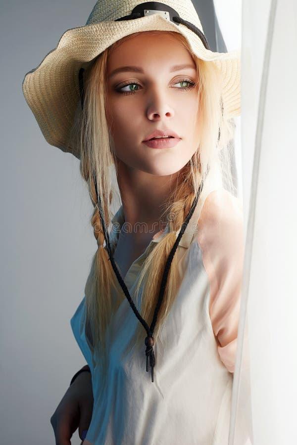 帽子的女牛仔 秀丽年轻金发碧眼的女人 库存照片