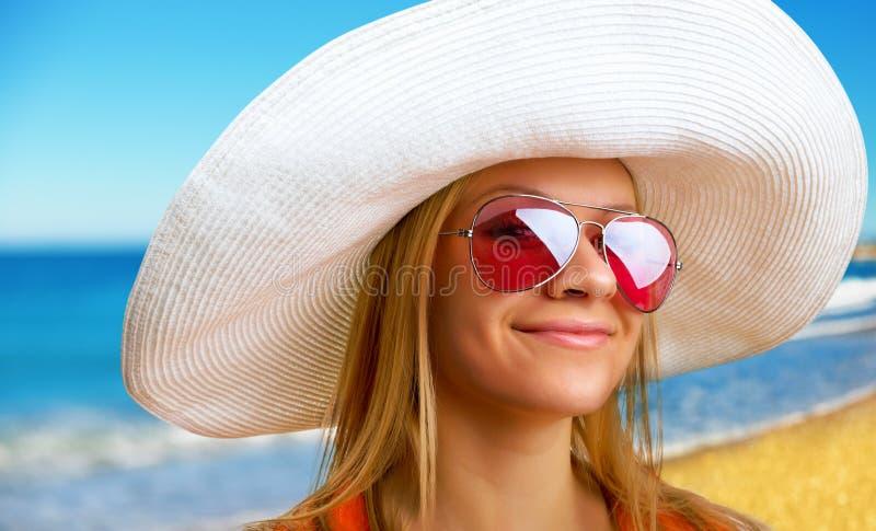 帽子的妇女在海滩 库存照片