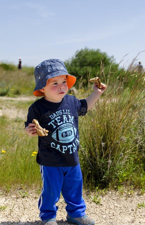 戴帽子的小孩在自然保护 免版税图库摄影