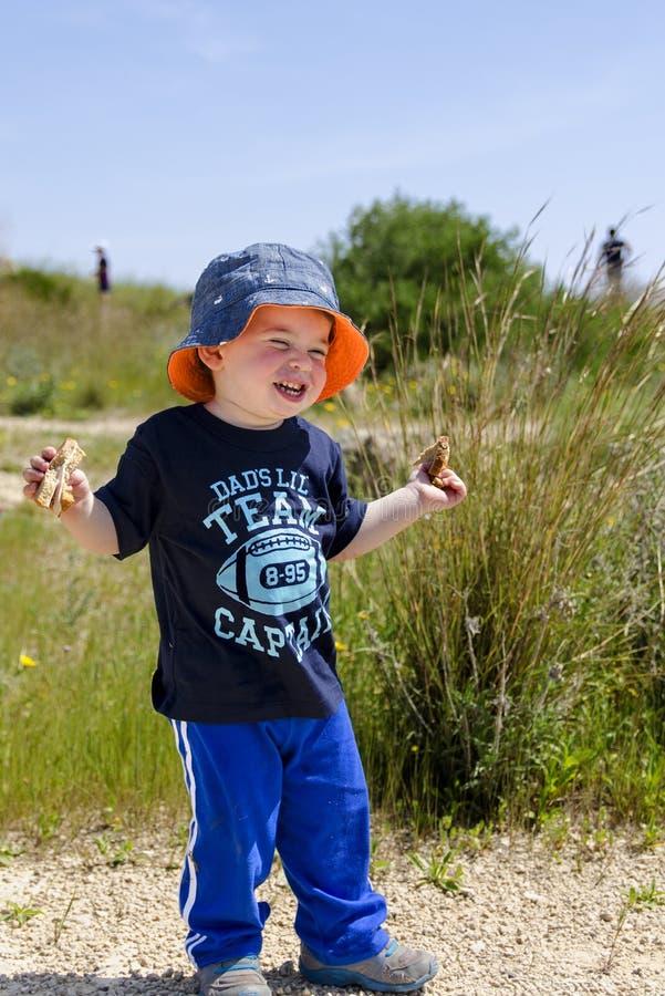 戴帽子的小孩在自然保护 免版税库存图片