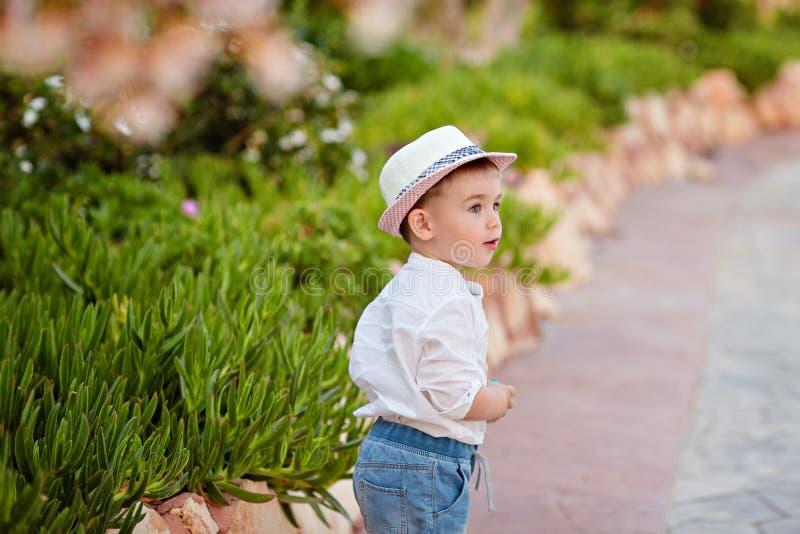 帽子的小男婴和短裤在backgroun的夏天 库存图片