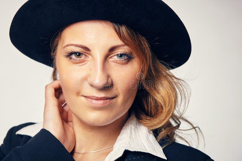帽子的年轻可爱的妇女 库存照片
