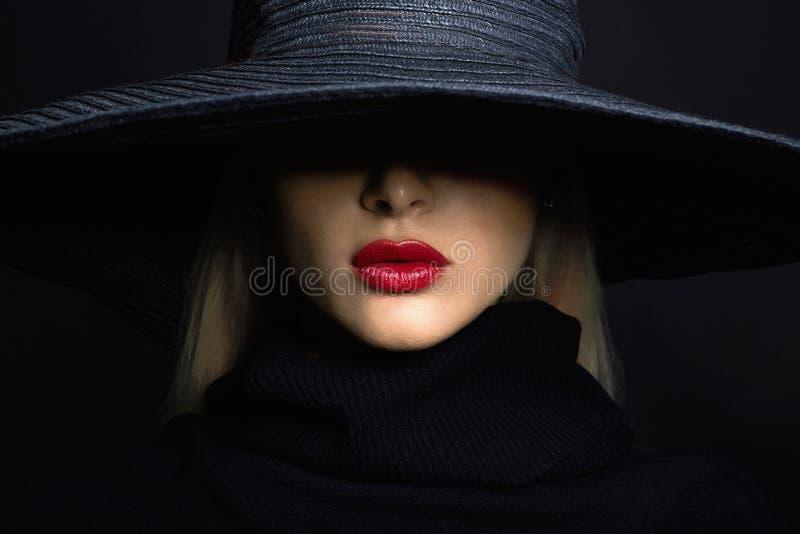 帽子的美丽的妇女 减速火箭的方式 有大边缘的夏天帽子 库存图片