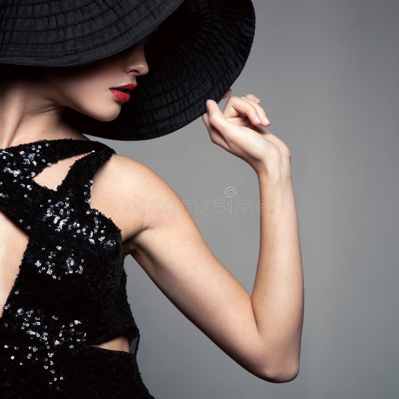 帽子的美丽的妇女 减速火箭的方式 免版税图库摄影