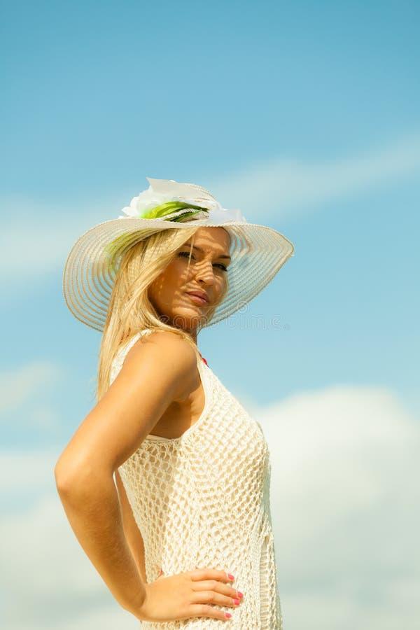 Download 帽子的美丽的白肤金发的女孩在天空背景 库存图片. 图片 包括有 女孩, 晒裂, 纵向, 享用, beauvoir - 59103221