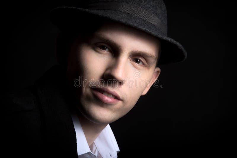 帽子的英俊的微笑的年轻人 图库摄影