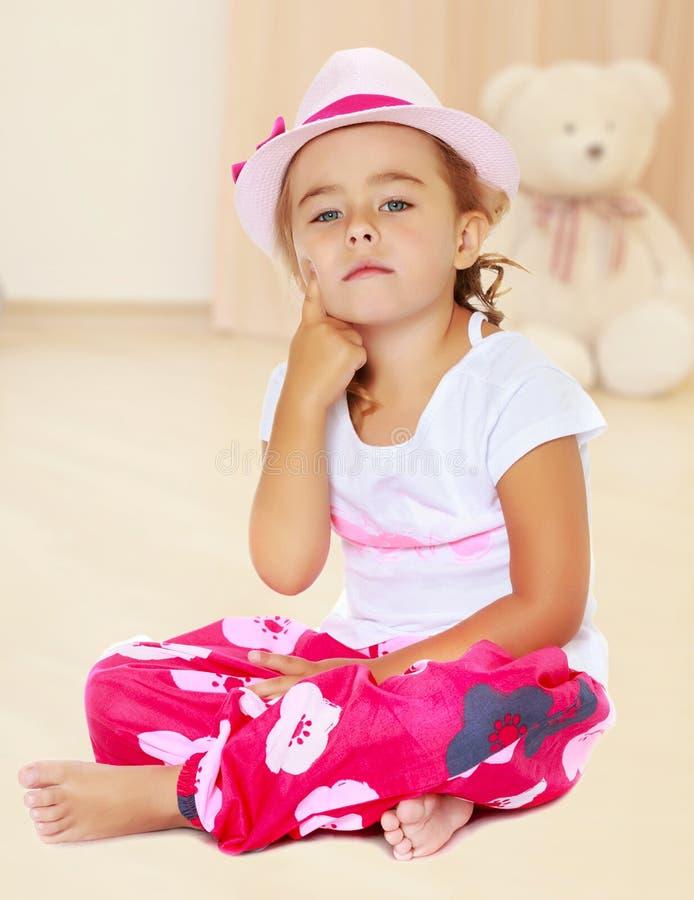 帽子的被晒黑的小女孩 库存图片