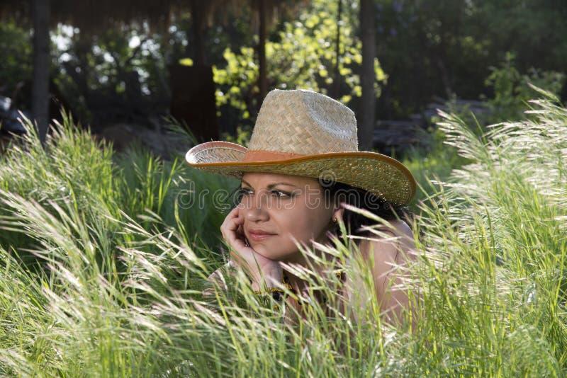 帽子的逗人喜爱的少妇 免版税图库摄影