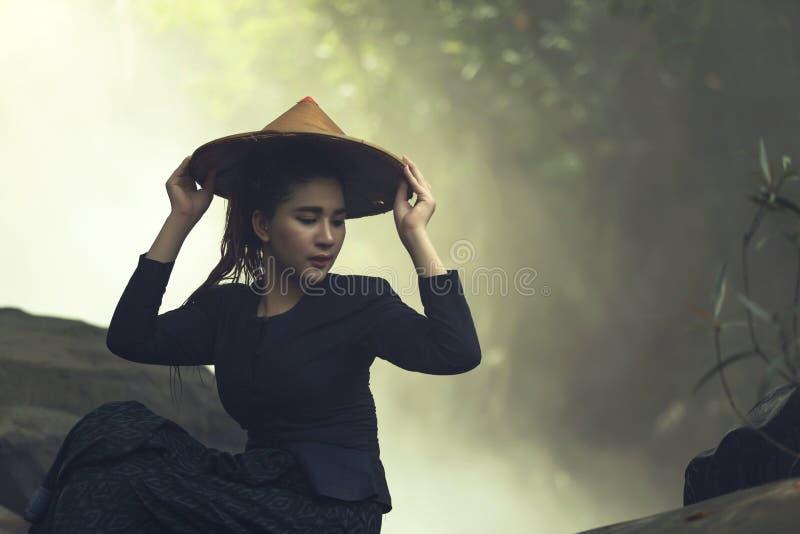 戴帽子的画象妇女 免版税库存照片