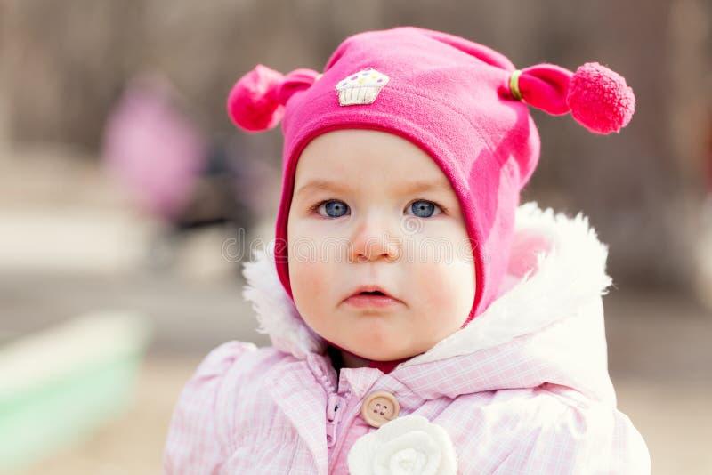 帽子的画象逗人喜爱的愉快的女婴在夏天公园, 免版税库存照片