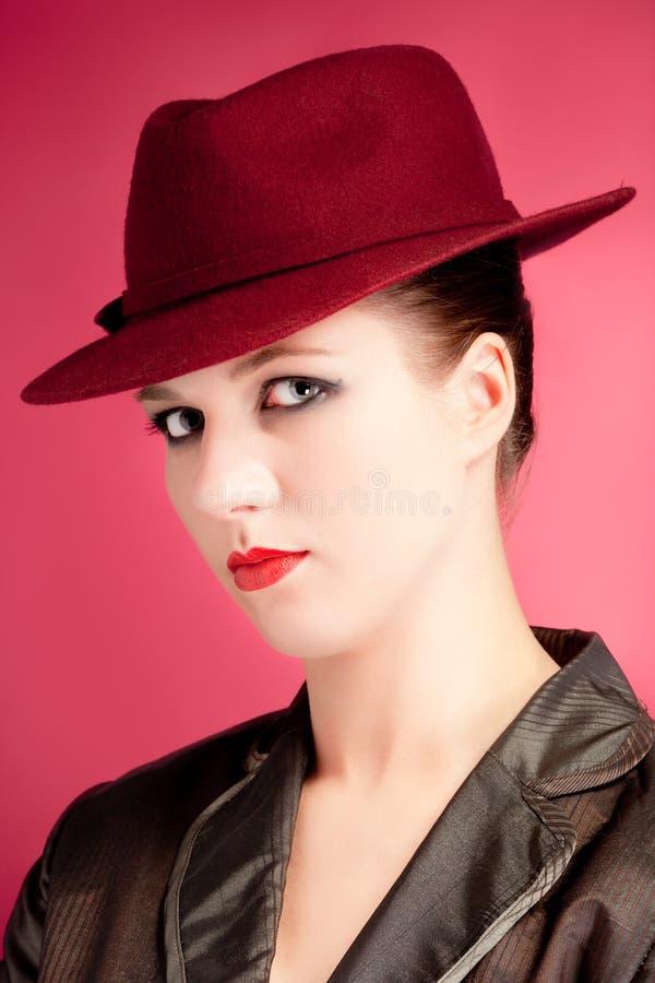 帽子纵向红色淫荡时髦的妇女 图库摄影