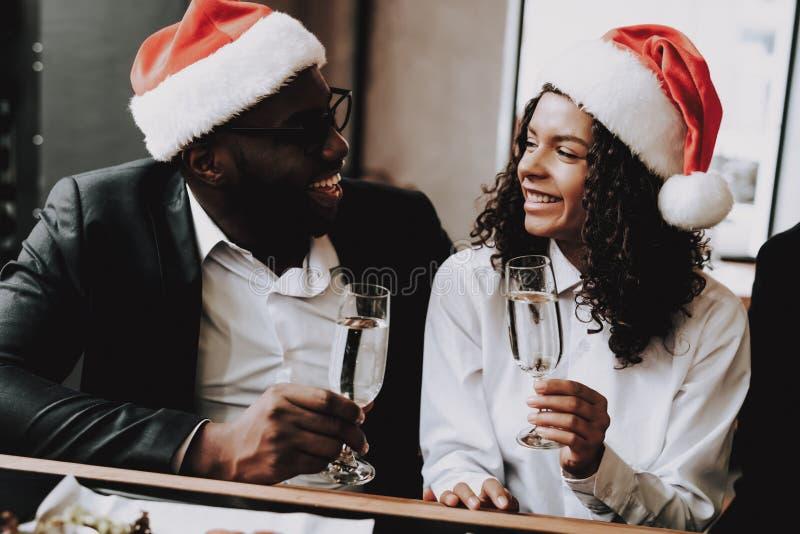 帽子s圣诞老人 在新人的白人妇女的背景愉快的查出的人 休息情感 棒 免版税库存图片