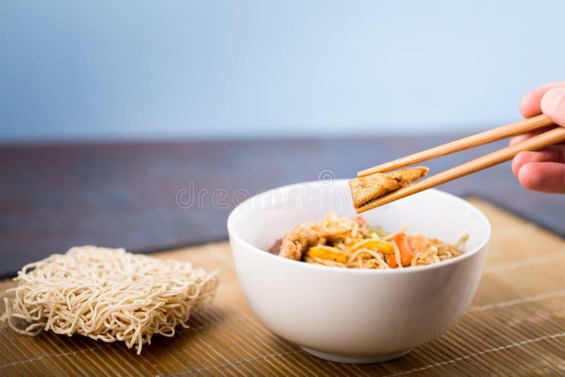 干中国面条用在盘的肉 库存照片