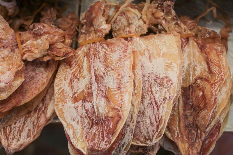 干乌贼,烘干在阳光下在市场泰国上的传统乌贼 免版税图库摄影